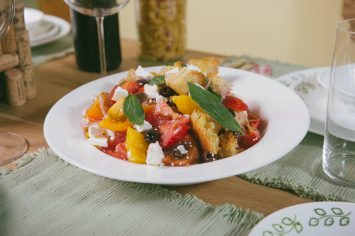 סלט פנצנלה עם ירקות, קרוטונים וגבינת פטה