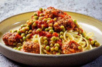 ספגטי עם כדורי בשר ברוטב עגבניות ואפונה