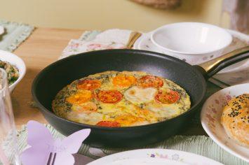 פריטטה קפרזה עם עגבניות ומוצרלה