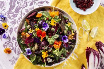 סלט עלים ירוקים ברוטב ויניגרט עם ירקות צלויים