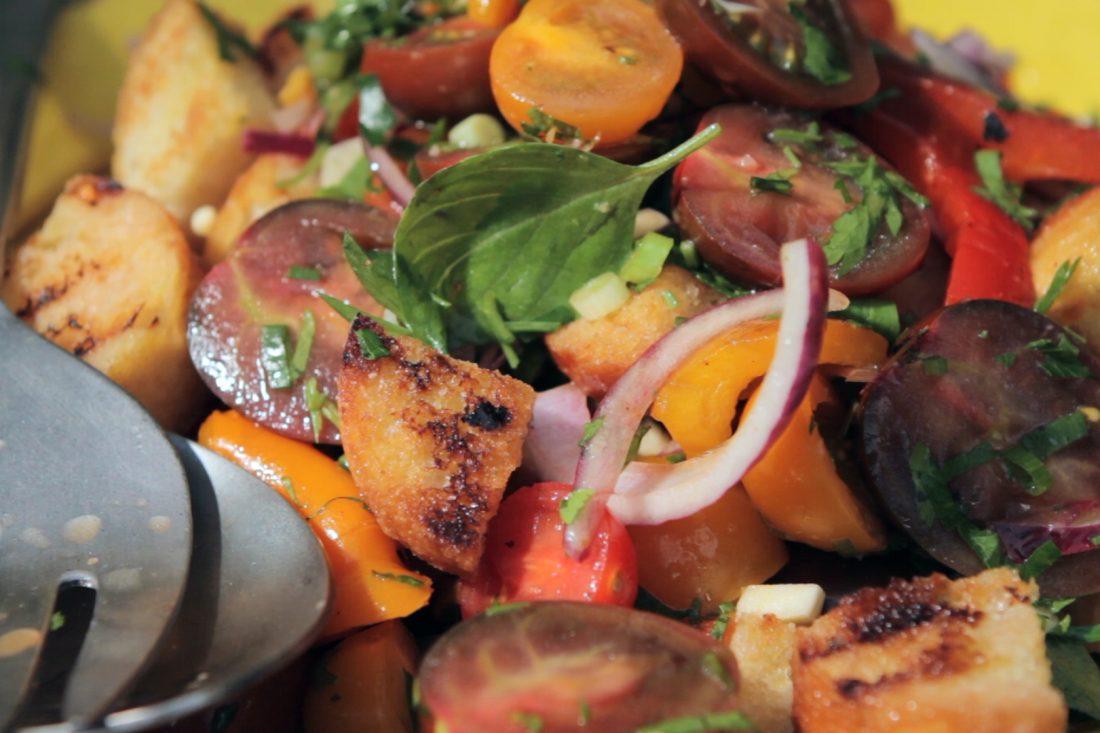 סלט פנצנלה עם ירקות צלויים ולחם קלוי