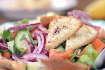 סלט פטוש עם ירקות וקרעי פיתה קלויה