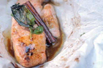דג סלמון במעטפה ברוטב אסייתי