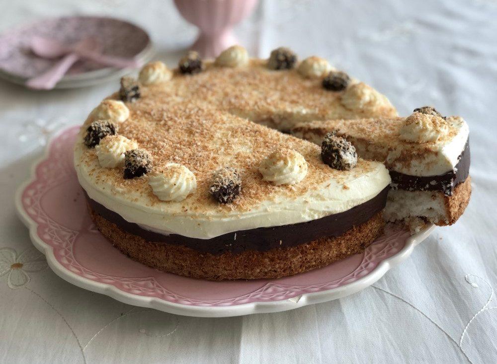 עוגת קוקוס עם שוקולד וקצפת. צילום: יהודית מורחיים