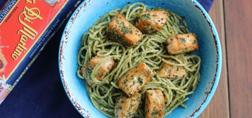 ספגטי ברוטב פסטו עם קוביות סלמון צרובות בקראסט ירוק