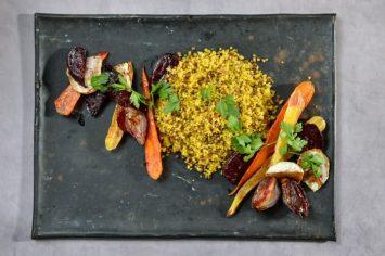 מג'דרה בורגול ועדשים שחורות עם ירקות צלויים