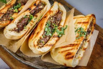 עראייס - פיתה צלויה במילוי בשר טחון וצנוברים