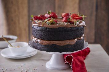 עוגת יום הולדת שוקולדית וטבעונית