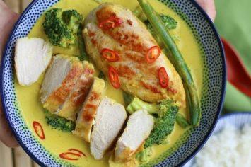 חזה עוף ברוטב קארי צהוב, קרם קוקוס וירקות