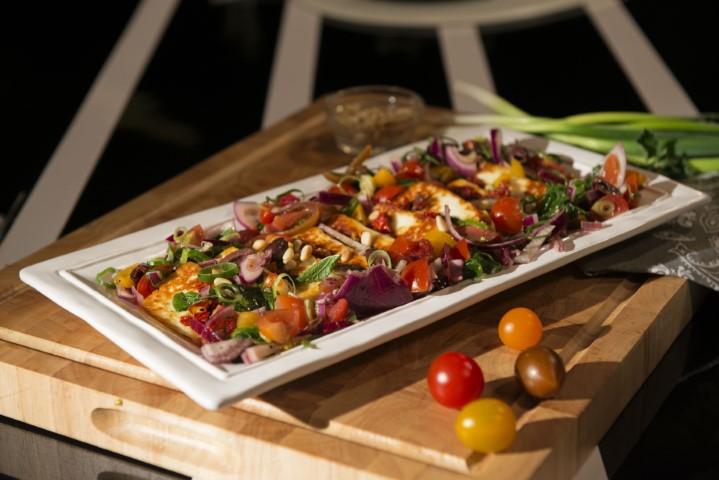 גבינת חלומי צלויה עם סלט עגבניות. צילום-נועם-פריסמן-25