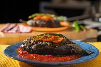 חצילים ממולאים בשר ברוטב עגבניות