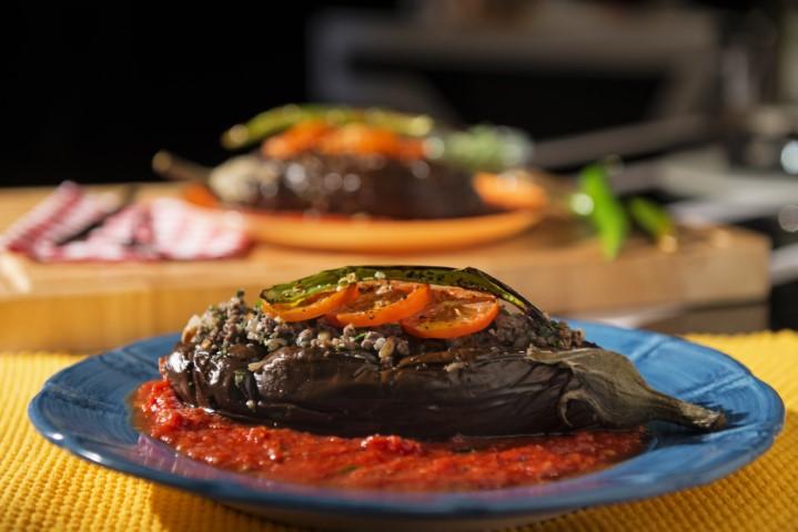חצילים ממולאים בשר ברוטב עגבניות. צילום-נועם-פריסמן-15