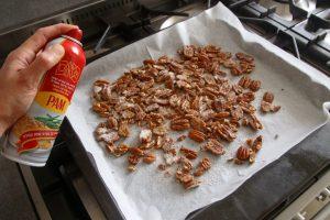 מתיזים מעט תרסיס שמן על הפקאנים וקולים אותם בתנור. צילום: נטלי לוין