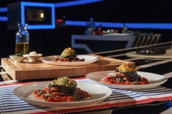 פרוסות חציל קלוי במילוי פסטו וגבינות ברוטב עגבניות