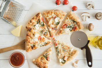 פיצה מהירה בלי שמרים עם שוליים במילוי גבינה