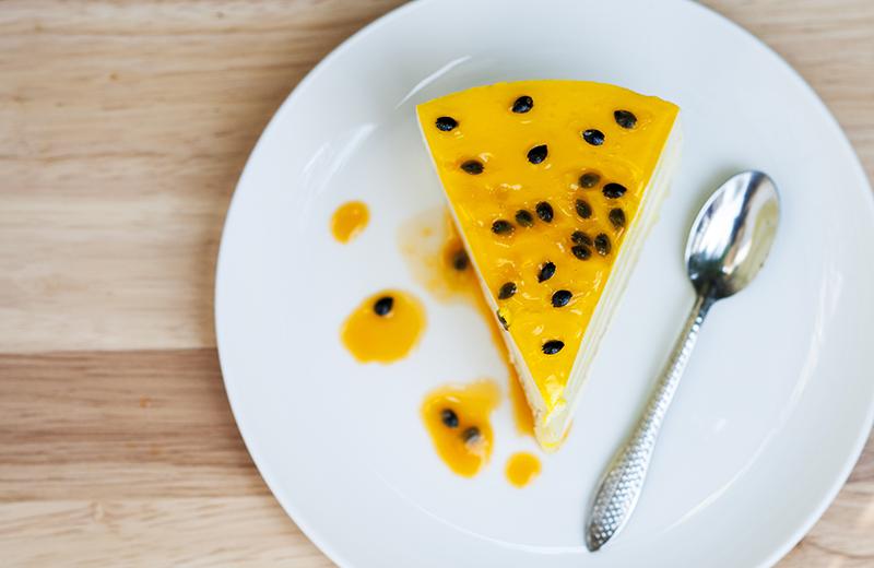 עוגת גבינה טרופית בציפוי פסיפלורה. צילום: שאטרסטוק