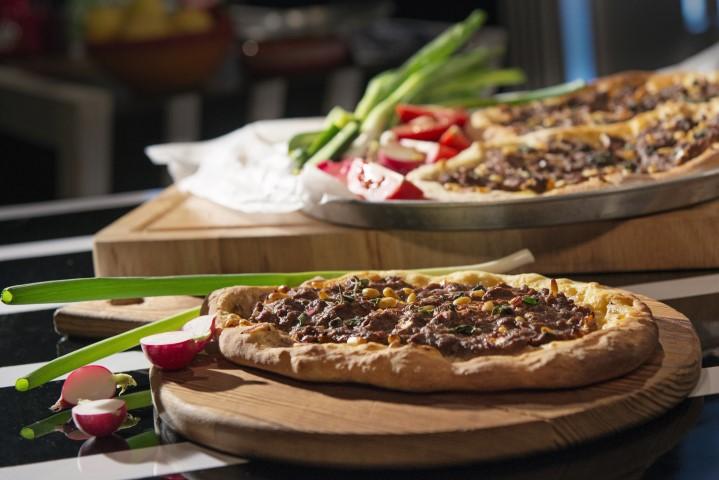 לחמעג'ון - מאפה בצק טורקי עם בשר וצנוברים