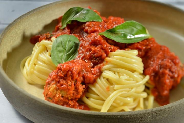 ספגטי עם כדורי עוף ברוטב עגבניות. שי-בן-אפרים-5501a