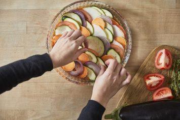 צמחונים ונהנים: רטטוי ירקות ברוטב שמן זית, שום ועשבי תיבול