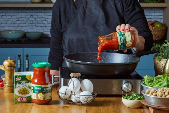 מוסיפים את רוטב העגבניות לסיר. צילום: שניר גואטה