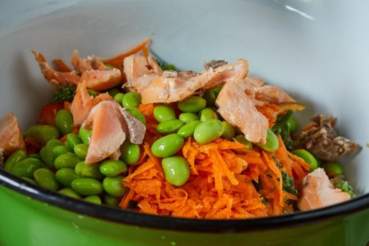 מוסיפים את חתיכות הסלמון והירקות לקינואה. צילום: שניר גואטה