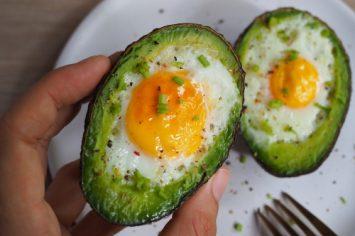 בראנץ' לאלופים: סירות אבוקדו עם ביצים אפויות