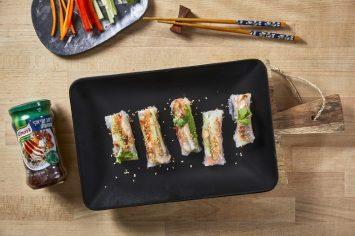 מיני סיני: ספרינג רולז עם ירקות ופרגיות ברוטב טריאקי שומשום