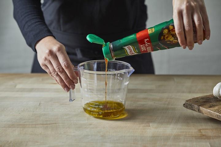 סלט חסות רוטב רוטב צ'ילי מתוק קנור (צילום: שניר גואטה)