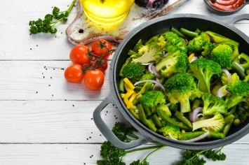 ירקות ירוקים מוקפצים בשמן זית, סילאן ושום