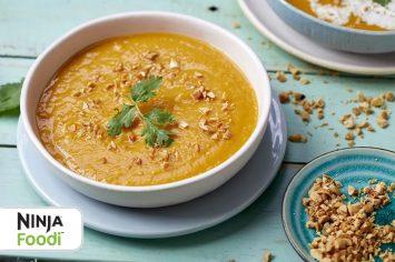 מרק כתום טבעוני עם קרם קוקוס
