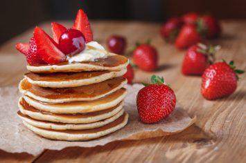 מגדל פנקייקים לפסח עם תותים וסירופ מייפל