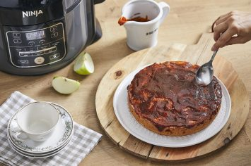 עוגת תפוחים עם רוטב קרמל