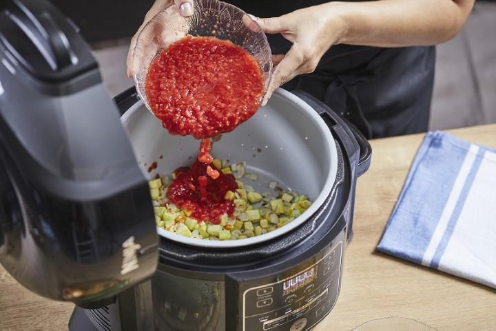 מוסיפים את העגבניות