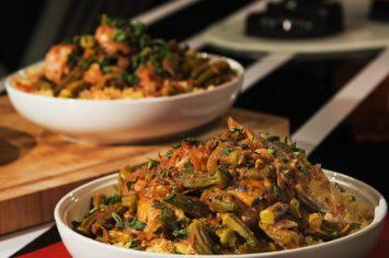 תבשיל שוקי עוף ובמיה ברוטב עגבניות