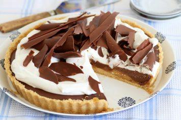 טארט שוקולד עם בננות מקורמלות וקצפת ללא אפייה