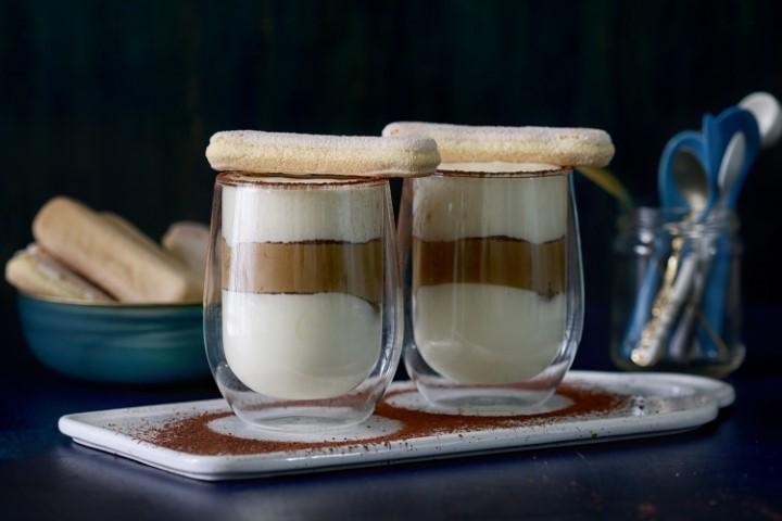 טירמיסו בכוסות אישיות עם קרם מסקרפונה וקפה. צילום: נטע ליבנה