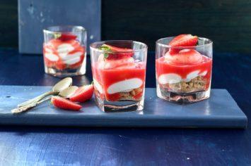עוגת גבינה עם קרם מסקרפונה ורוטב תותים בכוסות אישיות