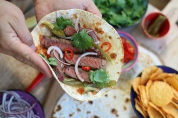 ראפ טורטייה מקסיקני במילוי רצועות סינטה, סלסת עגבניות וחלפיניו
