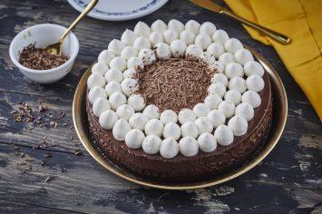 עוגת שוקולד מהירה עם ענני קצפת
