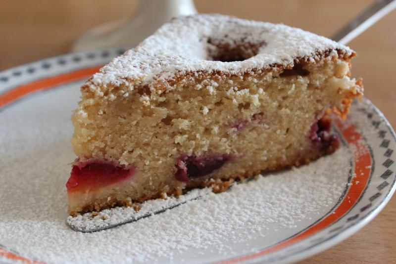 עוגה בחושה עם שזיפים ודובדבנים. צילום: יהודית מורחיים