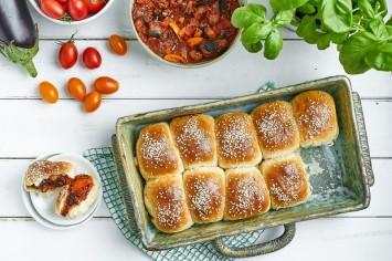 לחמניות תלושותי צמחוניות במילוי חצילים ועגבניות