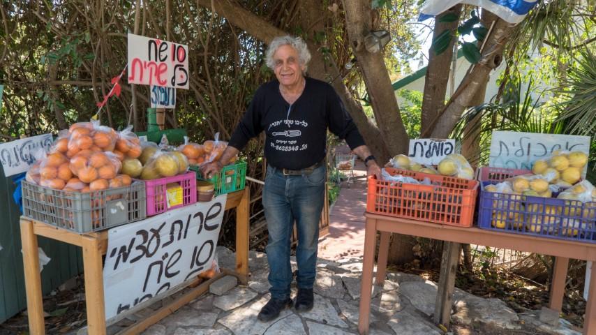 יאיר החקלאי עם דוכן הירקות והפירות שלו