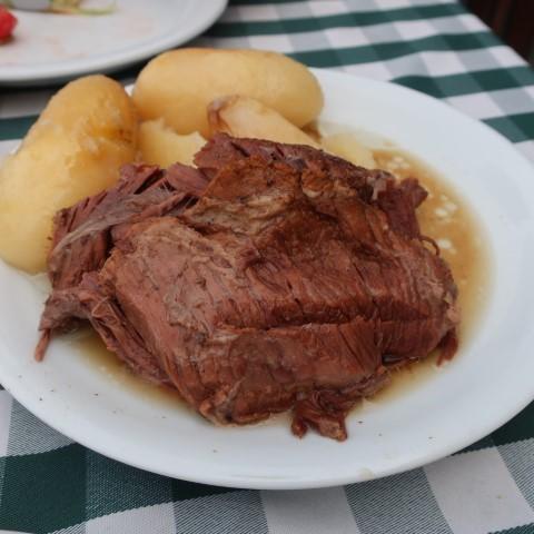 תבשיל בשר בבישול ארוך עם תפוחי אדמה רכים רכים (צילום: בר נוצני)