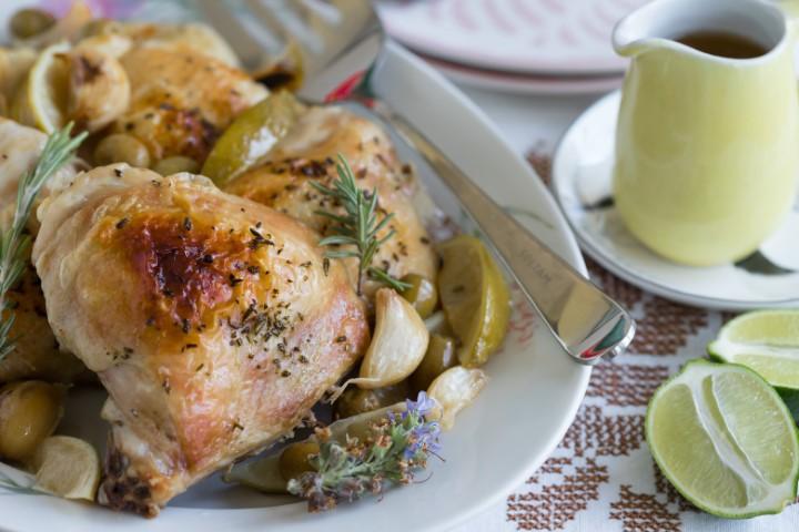 """עוף צלוי בתנור עם ליים וזיתים. צילום: עידית נרקיס כ""""ץ"""