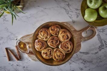 עוגת שמרים במילוי תפוחים מקורמלים
