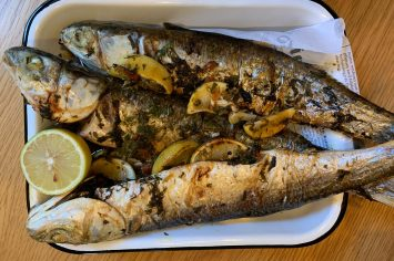 דגים ממולאים עשבי תיבול לאירוח בלקני מרשים