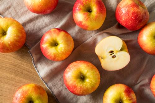 אפשר לטבול את התפוח בסילאן או במייפל במקום בדבש. צילום: שאטרסטוק