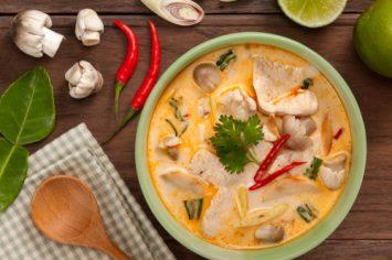 מרק טום יאם תאילנדי עם עוף