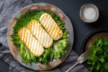 סלט חסה, גבינת חלומי ואפרסמונים צלויים