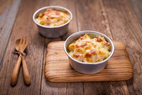 פשטידות פסטה אישיות עם גבינות וזיתים